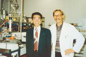 (上)創業者 大倉と鈴木 一成博士(下)鈴木 一成博士・ドイツにて